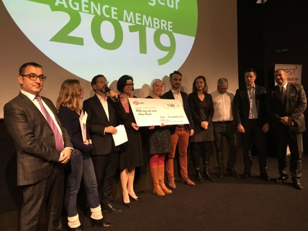 Au centre, Tanja Duhamel fondatrice de Alma-Mundi et lauréate du prix Jeune entrepreneur du Tourisme de l'APST, entourée des représentants de l'APST et partenaires - CL