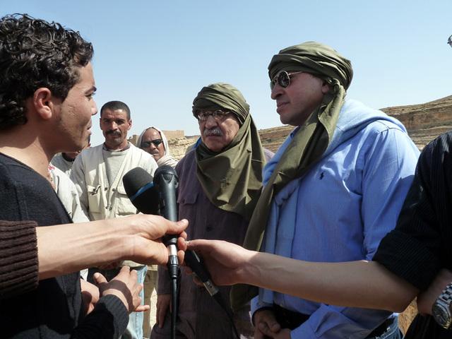 Les ministres de la Culture et du Tourisme en conversation avec un jeune de Mides qui demande la levée de vieilles tracasseries administratives empêchant son village de créer un petit centre de loisirs et d'accueil les visiteurs tunisiens et étrangers