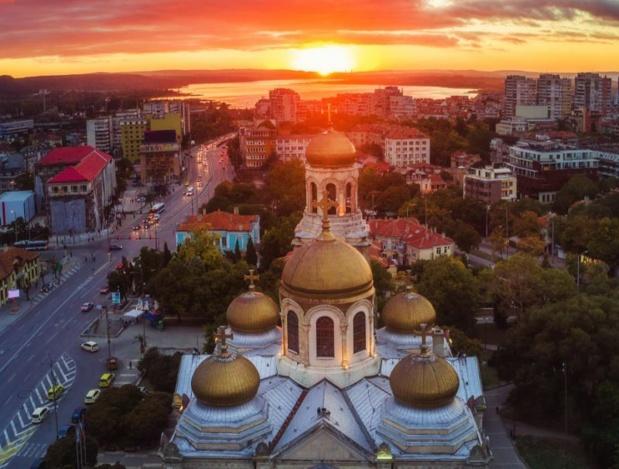 Vue aérienne de la cathédrale de l'Assomption à Varna ©123RF – Valentin Valkov