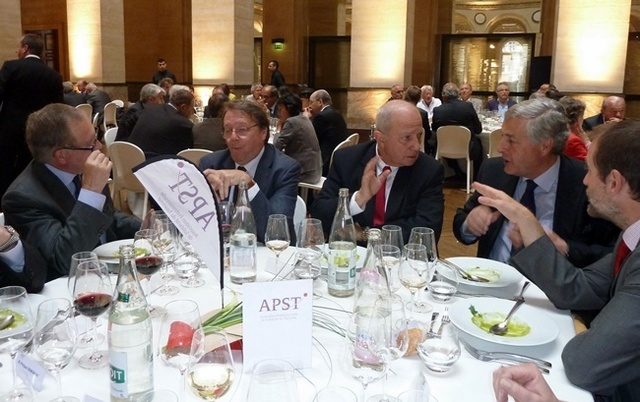 """Raoul Nabet en grande conversation avec son """"lobbyiste"""" de Bruxelles. A gauche, Jean-Pierre Sauvage et Jacques Augustin (Direction du Tourisme)."""