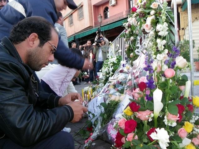 Marocains et étrangers (résidents et touristes), munis de roses et de bougies, ont marché en silence avant de déposer des gerbes de fleurs et allumé des bougies devant le lieu du drame. /photo RH