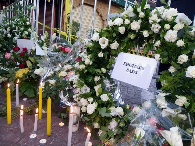 Des couronnes et des bougies pour les victimes innocentes du massacre du Café Argana, ce vendredi 29 avril 2011