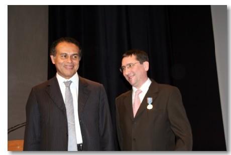 Philippe Laloue, secrétaire général adjoint du Snav médaillé par Léon Bertrand, ministre du tourisme