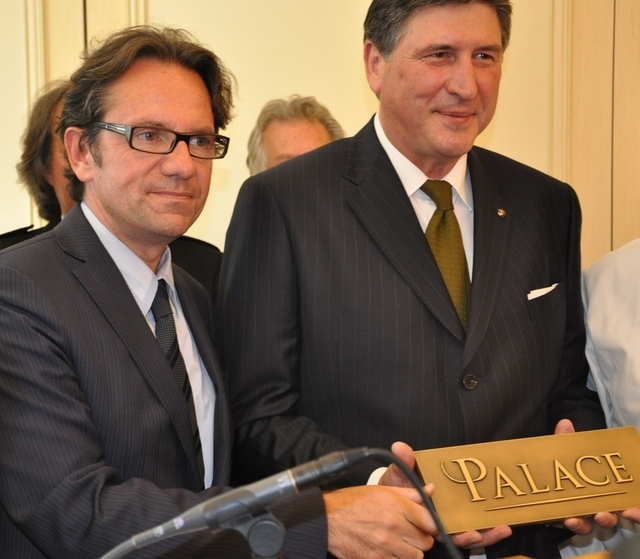 Frédéric Lefebvre remet la distinction Palace au directeur du Bristol Didier le Calvez © ATOUT France – M.Cransac