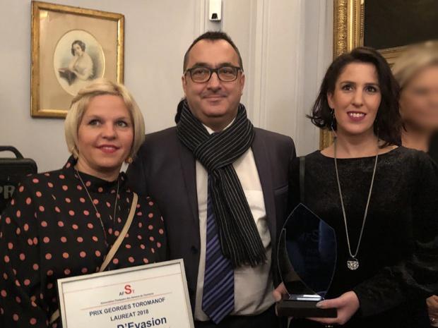 Peggy Dangelo et Eva Gonzales 'Rêv d'Evasion reçoivent des mains d'Emmanuel Toromanof, le 5e Prix de l'Association /crédit photo JDL