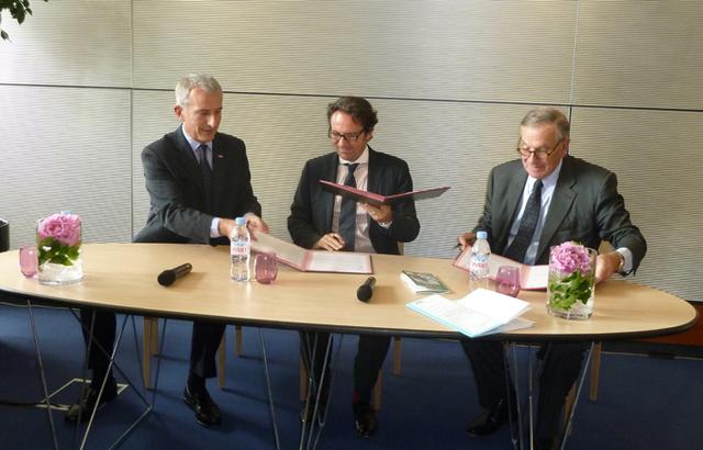 Autour de Frédéric Lefebvre, Guillaume Pépy président de la SNCF et Jean-Jacques Descamps, ancien ministre du tourisme, président des ''Plus beaux détours'' de France signent une nouvelle convention de partenariat - DR