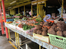 Le marché de Roseau la capitale regorge de fruits exotiques.