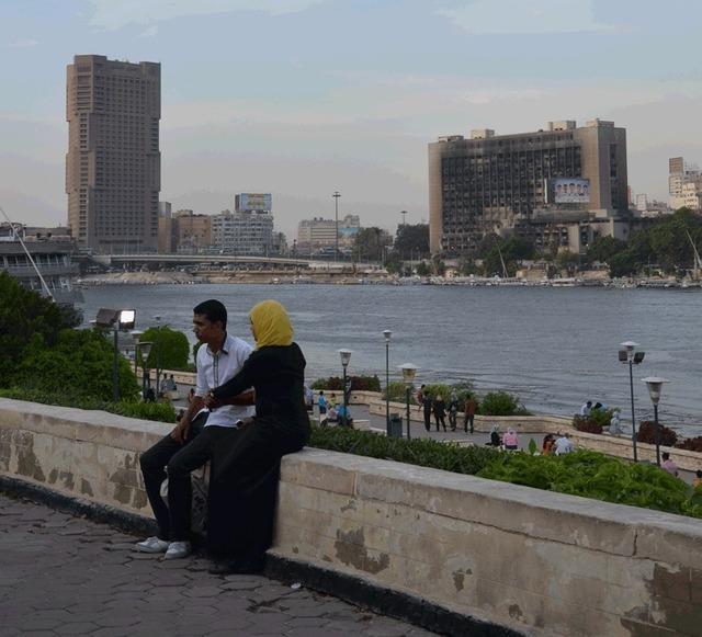 L'hôtel Ramsès Hilton, rebaptisé par Télérama ''l'hôtel des caméras brisées'' en raison de l'attitude agressive de la direction et du personnel pendant les évènements et l'immeuble abritant le siège de Moubarak, dissous depuis