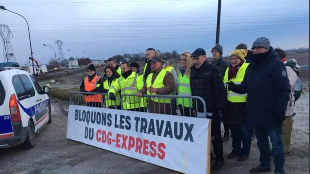 Des opposants au CDG Express bloquant le début du chantier, lundi 4 février © Twitter IDFMobilitésPCF