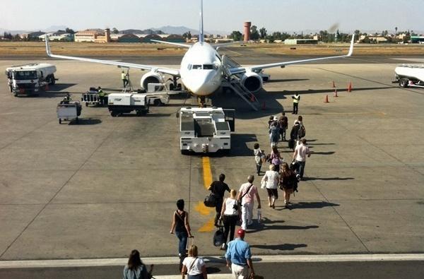Des aéroports et des avions pleins et des agences de voyages vides... cherchez l'erreur !