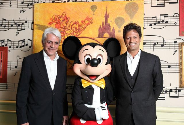 Michel Taride, président Hertz International accompagné de Mickey et de Philippe Gas, président d'Euro Disney