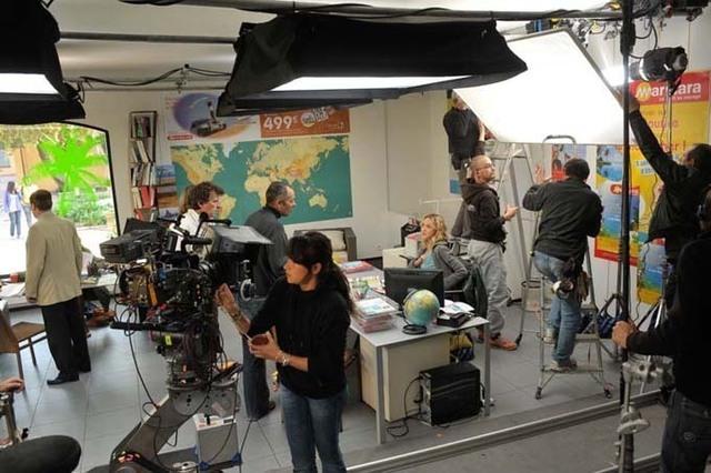 Une dizaine de scènes ont été tournées dans une agence créée de toute pièce - DR : Nelka Films - M6