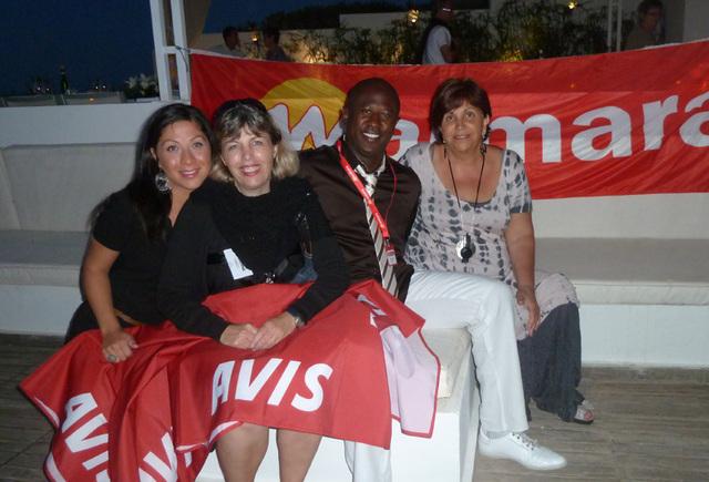 Soirée Avis et Marmara. Adriana Minchella entourée par deux de ses partenaires