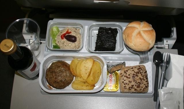 Un dîner chaud composé d'une entrée, d'un plat, d'un fromage et d'un gâteau