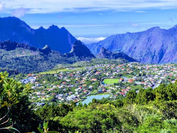 L'industrie touristique constitue probablement le maillon le plus solide de l'économie réunionnaise. Et le transport et l'hébergement, deux piliers du secteur, sont au rendez-vous. Ici, le village de Cilaos - DR : JDL