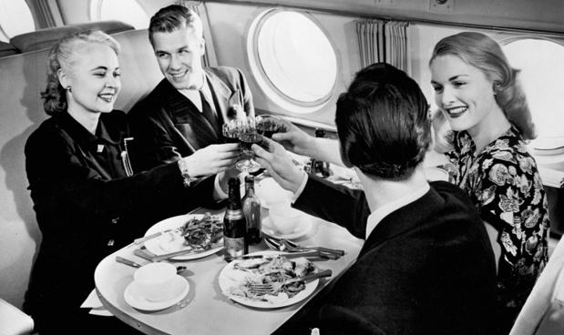 Les services de luxe d'Air France sont de plus en plus prisés par la clientèle internationale. Ici, un repas en Constellation - DR : Collection Musée Air France