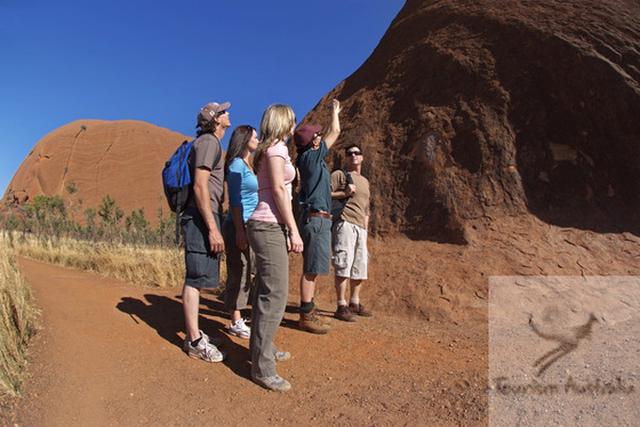 2 millions de touristes se sont rendus en Australie entre janvier et avril 2011. Ici, Uluru, centre de l'Australie - DR : Steve Strike, Tourism Australia