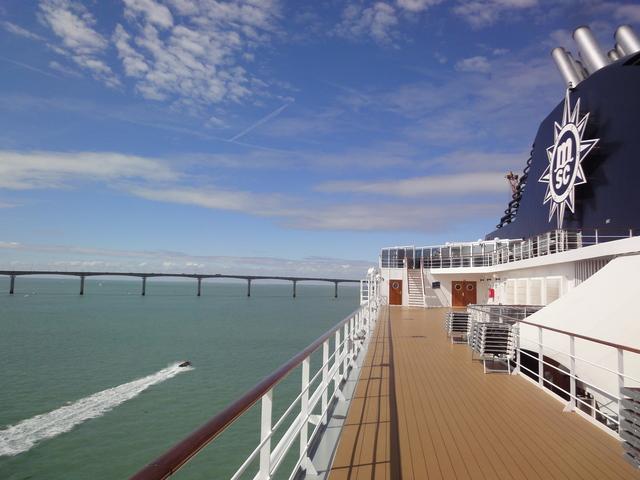 Le MSC Opera face au pont de l'île de Ré