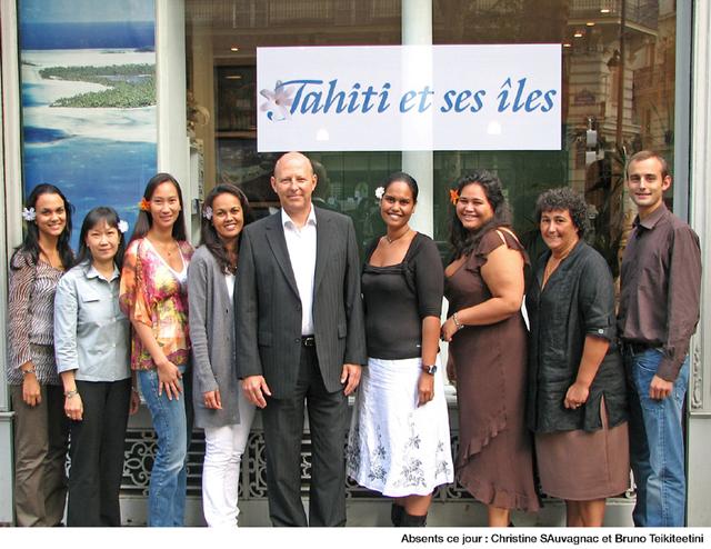 Bernard Bousquet, directeur du bureau parisien de Tahiti Tourisme, entouré de son équipe lors de sa nomination en 2008 - DR