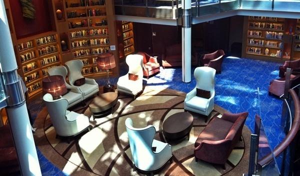 La bibliothèque,, furieux mélange de désign et de classicisme, donne une idée du raffinement qui prévaut à bord. Dommage que l'emplacement (dans le hall central) manque d'intimité...