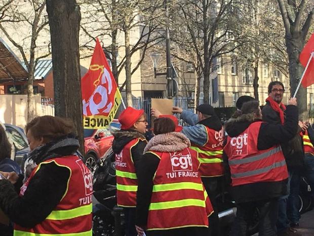 Les salariés mobilisés devant le siège - DR