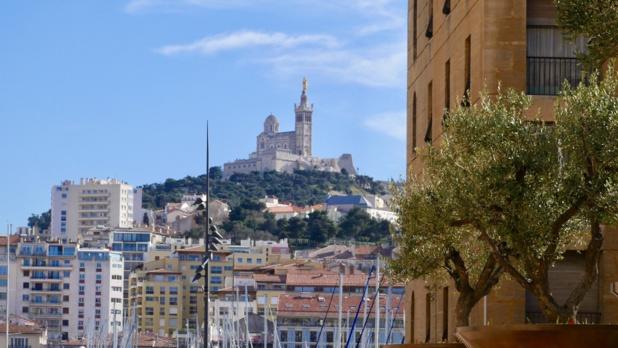 Les participants ont été accueillis devant l'Hôtel de Ville sur le Vieux-Port de Marseille © LM
