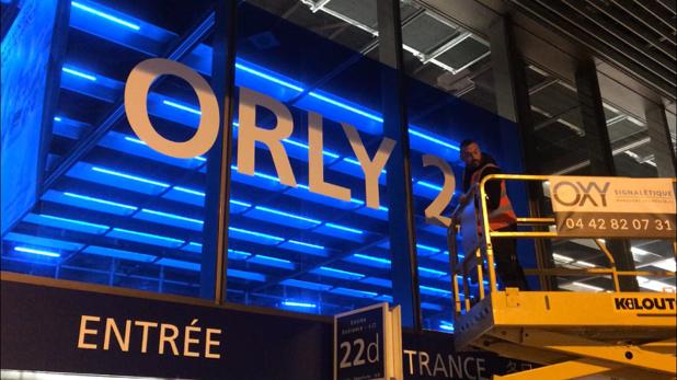 Les techniciens ont procédé au changement de signalétique de l'aeroport d'Orly dans la nuit du 18 mars 2019. - CL