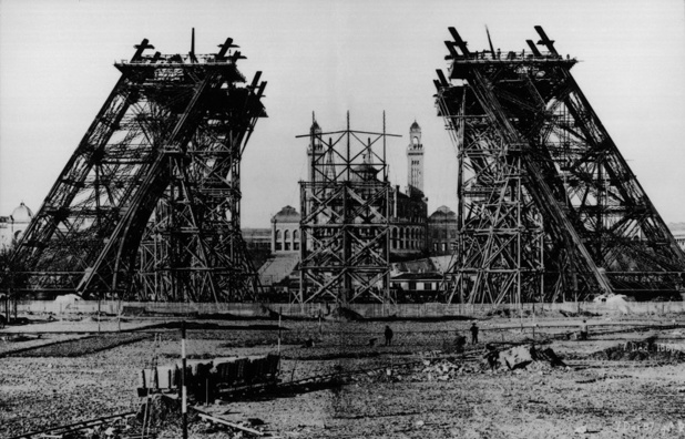 Le chantier s'ouvre le 28 janvier 1887.   Des entonnoirs sont creusés dans le Champ-de-Mars pour recevoir les maçonneries des piliers. Le terrain est asséché et les 4 fameux vérins hydrauliques sont alors placés - DR : Tour Eiffel