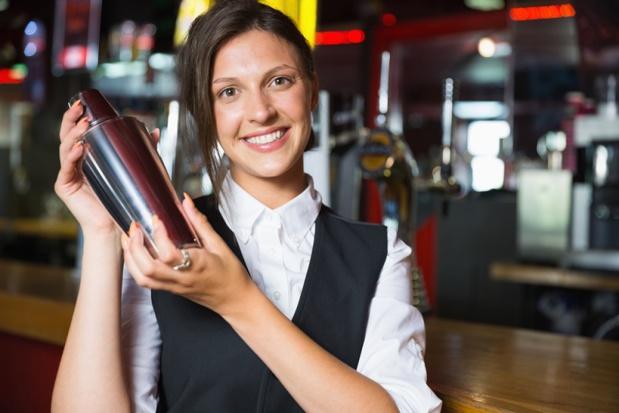 Les barmen peuvent espérer toucher entre 21 000 à 25 000€ selon le baromètre Qapa.fr - DR Depositphotos