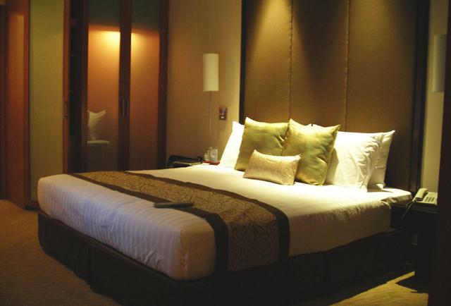 """""""L'hôtel londonien Ecclestone Square vient de marquer des points, en étant le premier en Europe à équiper chacune de ses chambres d'un iPad2, qui permet entre autres de contrôler la température, l'éclairage, la fermeture des rideaux, de réserver un table au restaurant ou un spa, etc. - DR : Photo-libre.fr"""