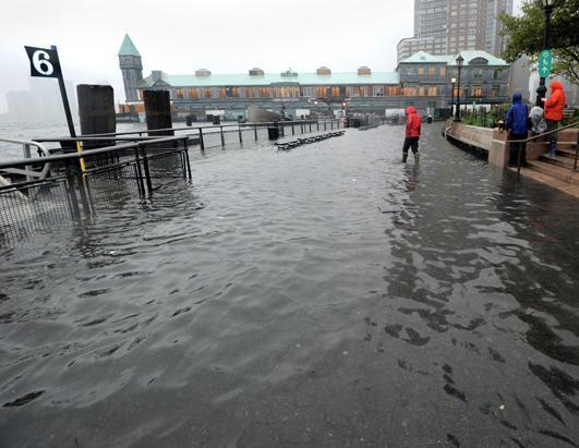 L'ouragan rétrogradé en tempête tropicale reste dangereux, selon les déclarations de Barack Obama, ce dimanche. Il a déjà fait 14 morts dans 6 Etats de l'Est des Etats-Unis depuis samedi et ses dégâts sont évalués déjà à plusieurs dizaines de milliards de dollars/photo DR.