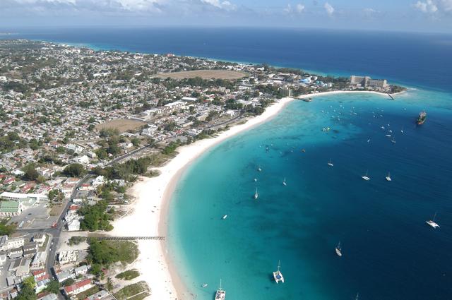La Barbade s'affiche comme une destination de qualité, avec des prix en rapport. Il faut ainsi compter 2000€ pour un séjour de 7 à 10 nuits, vols inclus. Le marché du luxe est actuellement en plein essor ( +17,5%), tout comme la location de villas. Ici, la plage de Carlisle Bay - DR