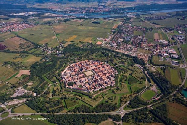 Vue aérienne de Neuf-Brisach, chef d'oeuvre de Vauban. Studio A. Linder.
