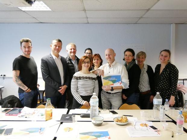 A droite, Laurie Larchez, formatrice à l'Escaet, lors d'une formation « Animation des réseaux d'agences de voyages » auprès des commerciaux de la SNCF. – DR ESCAET