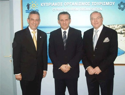 (De gauche à droite) Mr Romwald Lungaro-Mifsud, Executive Chairman, Malta Tourism Authority, Mr Photis Photiou, Chairman, Cyprus Tourism Organisation et Mr Keith Longstaff, Vice-President Commercial Operations – Europe, Emirates.