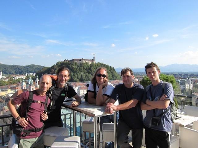 Toute l'équipe pose devant le chateau de Ljubljana en compagnie du guide Urban Soban