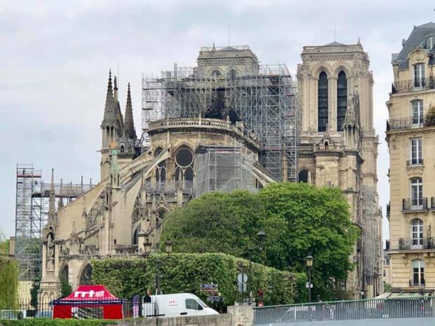"""""""Nous sommes tous effondrés. Pour les guides, cette cathédrale est le symbole de Paris davantage que la Tour Eiffel. Nous avons perdu ce qui faisait l'âme de la capitale, que l'on soit croyant ou pas"""" - Photo Clément Mousset Facebook"""