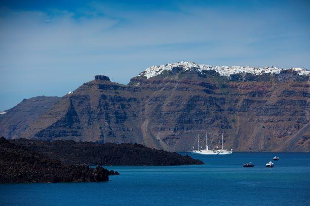 L'approche de Santorin. On reconnait l'éclat des cubes blancs des maisons insulaires. Collection Celestyal Cruises.