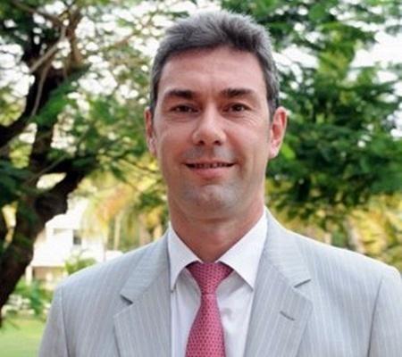 A peine débarqué, Pascal Gardin a décidé d'adhérer au MPCR (Mouvement pour le port de la cravate rose) afin de soutenir Léa et ses groupies à Top Résa. Sympa, non ?