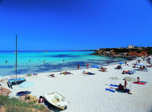 Les eaux transparentes de l'île de Formentera, aux Baléares, en font un paradis très coté - DR : OT Espagne