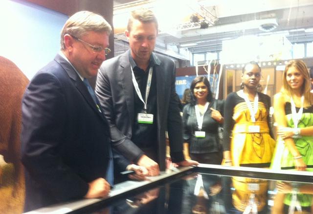 Mathinus Van Schalkwyk, ministre du tourisme d'Afrique du Sud, faisait hier une visite éclair sur le stand de son pays à Top Résa - DR : Bertrand Figuier