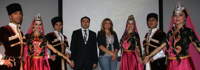 les responsables azerbaïdjanais avaient emmené leurs danseurs pour animer stand et conférences.