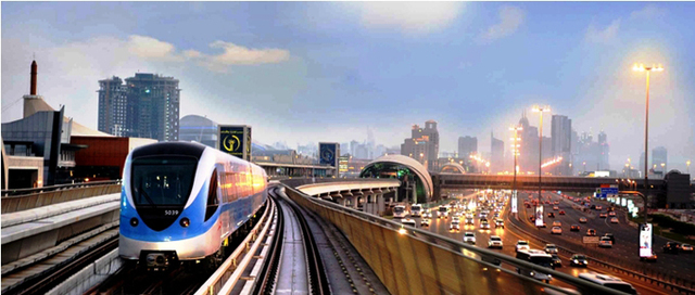 Depuis l'aéroport international de Dubaï, le métro dessert en 10 minutes, les souks des épices et de l'or des quartiers de Deira et Bastakya et en 20 minutes, la plage de Jumeirah - DR