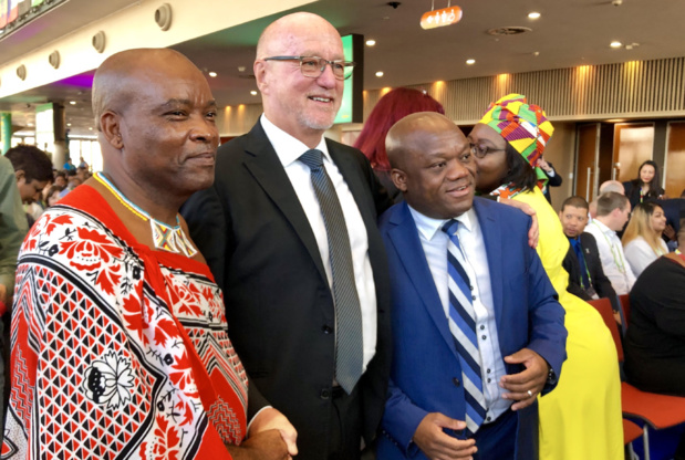 Derek Hanekom (milieu), lors de l'ouverture du Salon Indaba ce jeudi 2 mai à Durban (Afrique du Sud) /crédit photo JDL