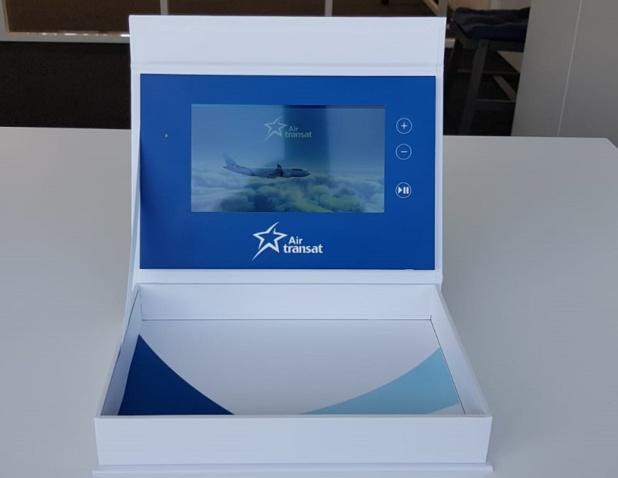 Pour nous souhaiter de joyeuses Pâques, une compagnie aérienne nous a fait parvenir une boite en carton contenant... un véritable écran numérique ! Passé l'effet de surprise, la question qui s'est posée était de savoir : mais que va-t-on faire de cet objet ? - DR