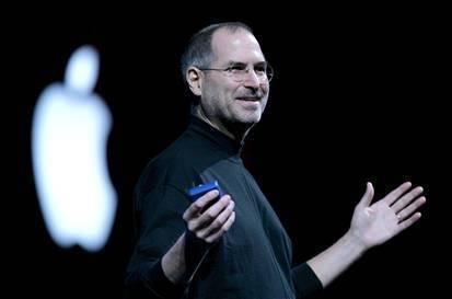 La disparition de Steve Jobs aura eu pour première conséquence de booster les ventes. de pulls noirs à col roulé, mais aussi de l'iPhone 4S, doté d'un processeur aussi puissant que celui de l'iPad, présenté par Apple la veille du décès de son légendaire patron.