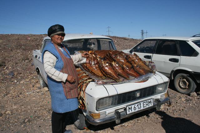 De la petite ville de Balkhash à l'ancienne capitale Alamty, 650 kms de routes du moyen âge et quelques rencontres comme cette femme qui vend du poisson fumé... - Photo DR JB