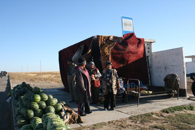 ... ou celles-ci qui ont squatté un abris-bus pour monter un commerce de pastéques récoltées dans de rares plantations au bord d'une riviére  - Photo DR JB