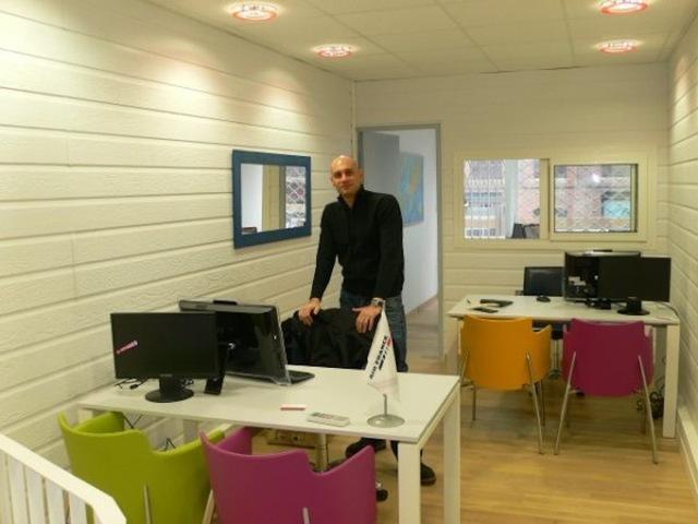 """Laurent Martinaud : """"J'ai installé deux écrans sur chaque bureau. Un pour le client et l'autre pour le vendeur. Une disposition qui permet une grande interactivité."""" - Photo DR"""