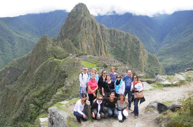 Les participants prennent la pause devant le mythique Machu Picchu - DR